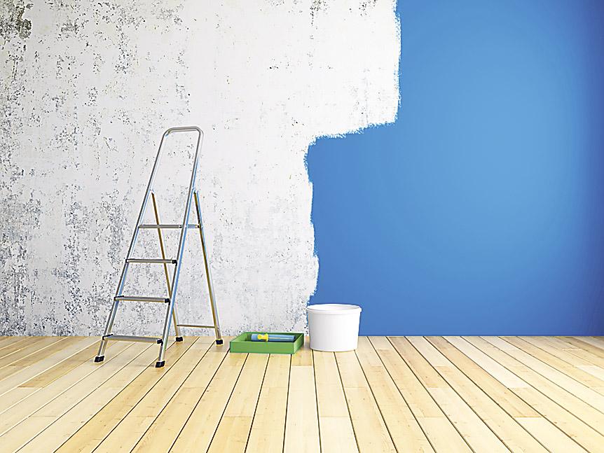 Halbgestrichene Wand in einem leeren Zimmer. Das Kinderzimmer sollte möglichst vor der Geburt fertig sein.