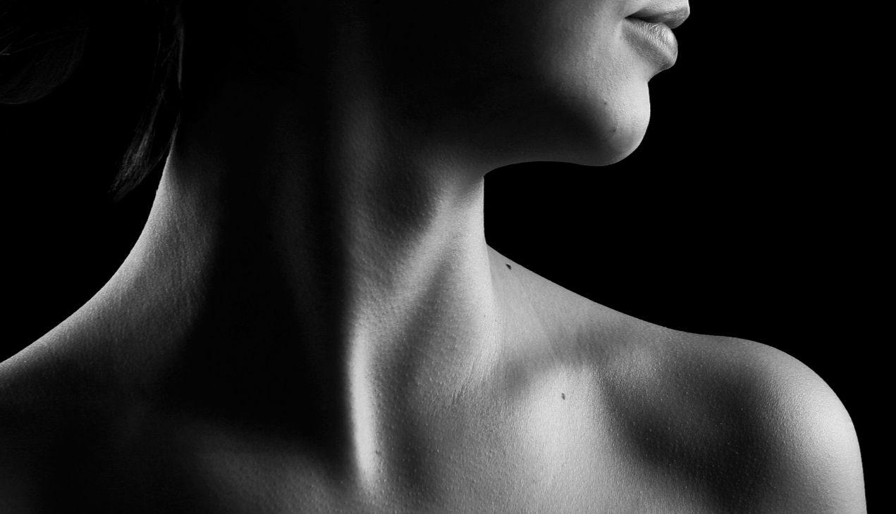 Detailansicht: Hals einer Frau