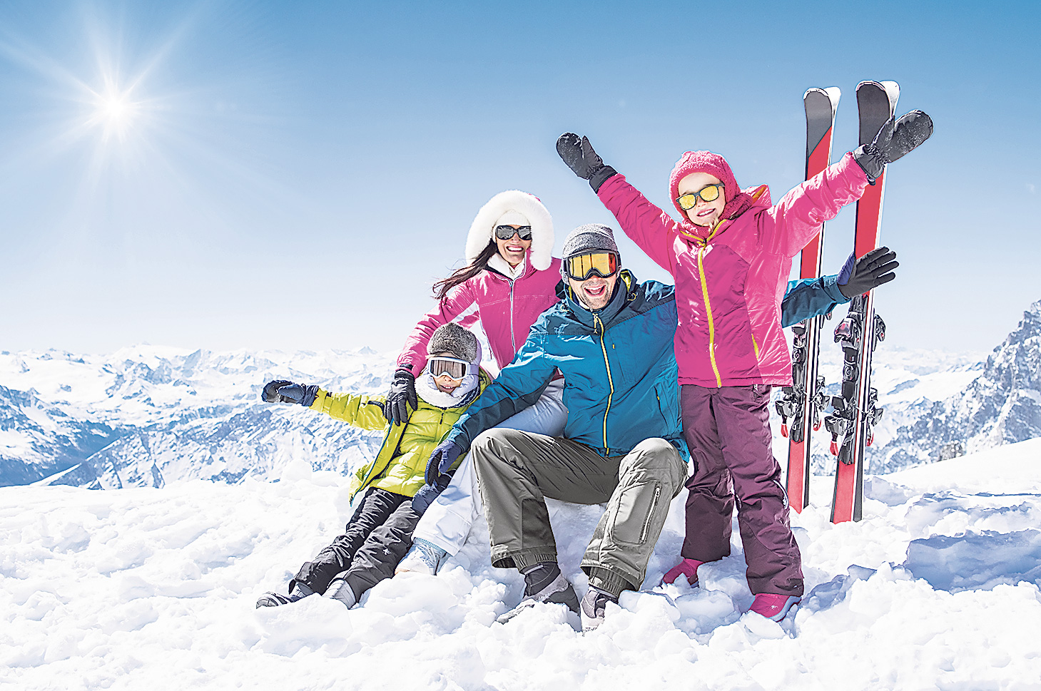 Eine Familie im Skiurlaub. Thema: Familienreisen
