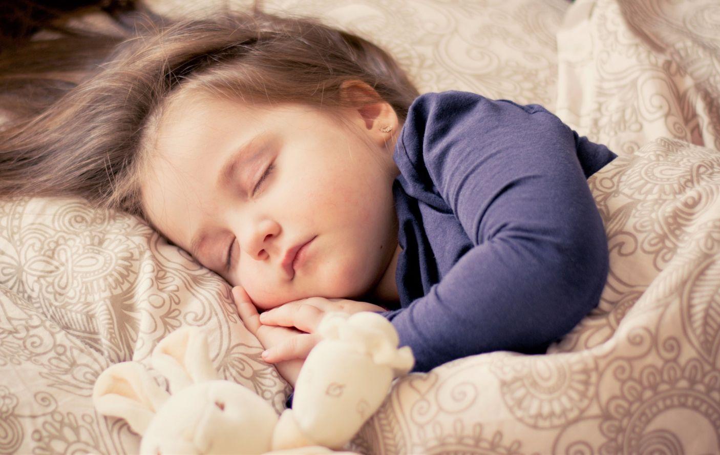 Schlafendes Baby auf einer Decke; Thema: Geburten in Deutschland