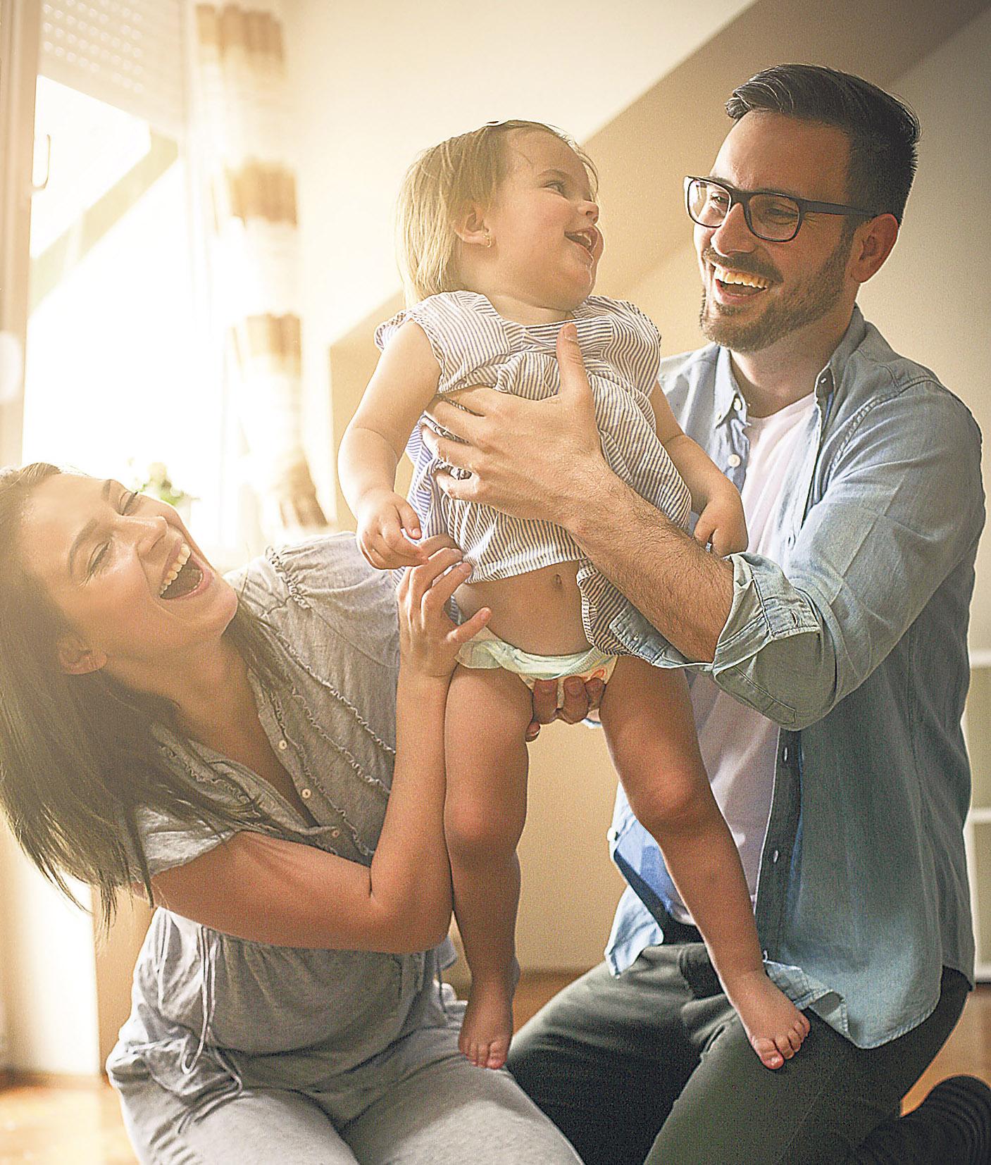 eine junge Familie im Glück. Thema: Elternzeit aufteilen