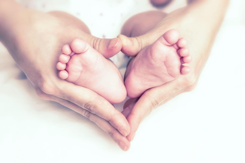 Babyfüße. Die richtigen Babyschuhe helfen bei einer gesunden Entwicklung