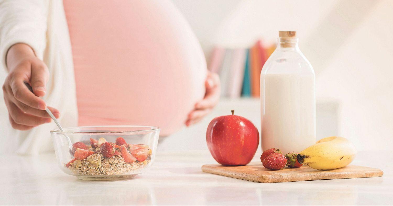 Ballststoffreiche Ernährung gegen Darmträgheit: Haferflocken und Obst zum Frühstück