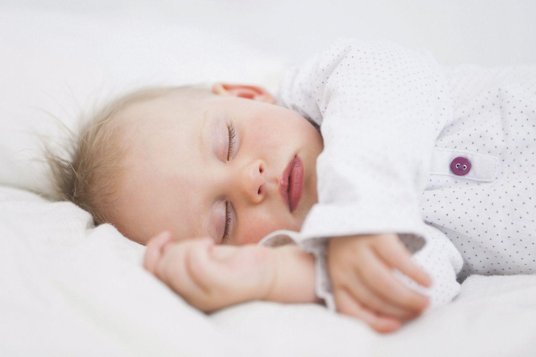 Schlafender Säugling; Thema: Der richtige Kinderwagen