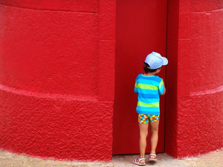 Ein Kind steht an einer Hauswand. Thema: Konzentrationsprobleme oder ADHS?