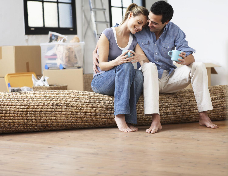 Ein Paar in seinem neuen eigenen Haus
