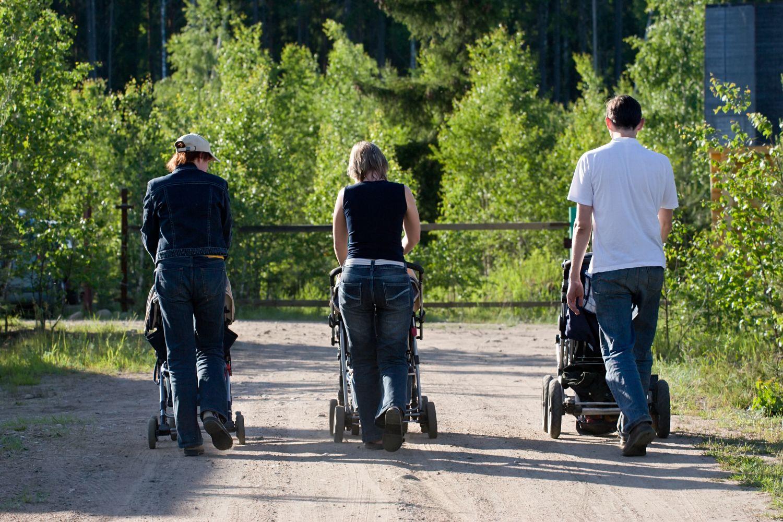 Zwei Mütter und ein Vater gehen mit ihren Kinderwägen spazieren. Thema: Rollenverteilung
