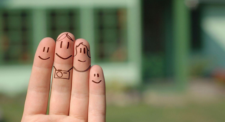 Bemalte Fingerkuppen, die wie eine Familie aussehen. Thema: Schwanger werden