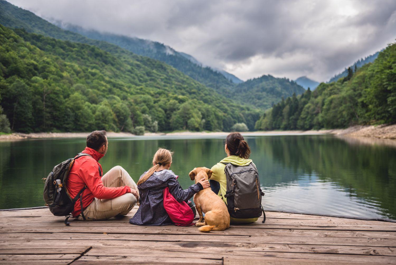 Eine Familie sitzt am Bergsee. Für sie ist die Frage