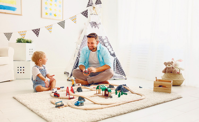 Ein Vater spielt mit seinem kleinen Sohn. Thema: Väter in Elternzeit